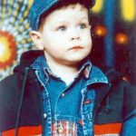 Марко Симић, рођ. 1997, усмрћен са оцем Владаном приликом НАТО бомбардовања Новог Пазара 31. маја 1999, у 13,28 часова