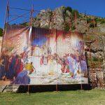Порта манастира Св. Архангели, копија слике Крунисање цара Душана Паје Јовановића, у позадини остаци Душановог града