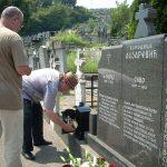 Гробље у Зворнику, др Ристић прислужује свеће својим прецима, међу којима је и ујак др Ђорђо Лазаревић, коме је тог дана служен парастос и одржана академија, 19. јул 2015.