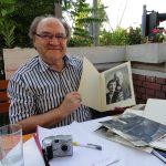 Др Ристић разгледа материјал о градитељу виолина Николи Васићу, родом из Зворника, 8. јул 2011.