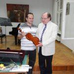 Владимир Радосављевић и Душан Ристић са виолином Николе Васића која је управо стигла са аукције, на састанку ПСК на Факултету музичке уметности у Београду 29. марта 2012.